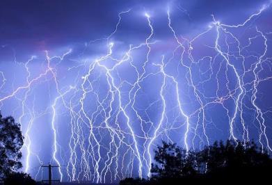 雷击时的温度最高可达3万摄氏度