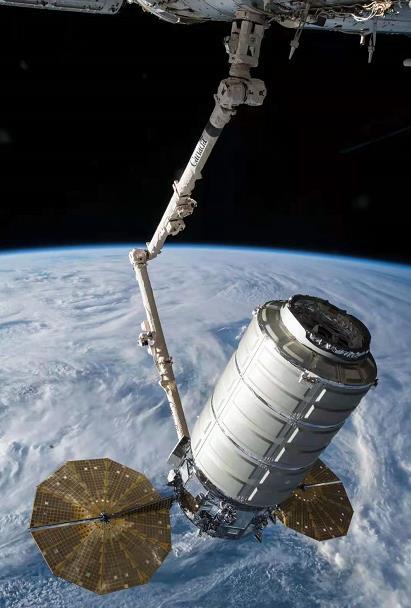 太空碎片击穿国际空间站远程操纵器